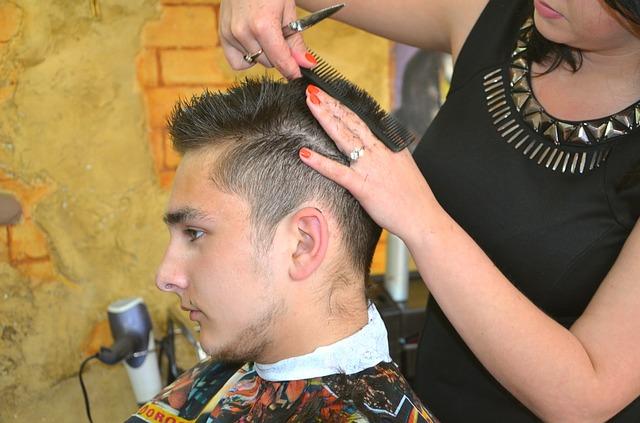 kadeřnice stříhající muže