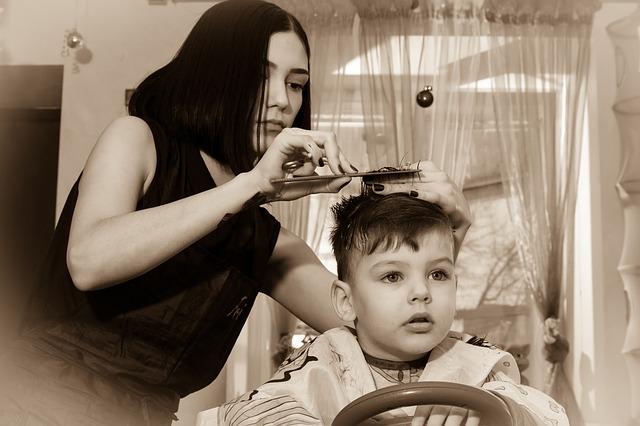 kadeřnice stříhající dítě
