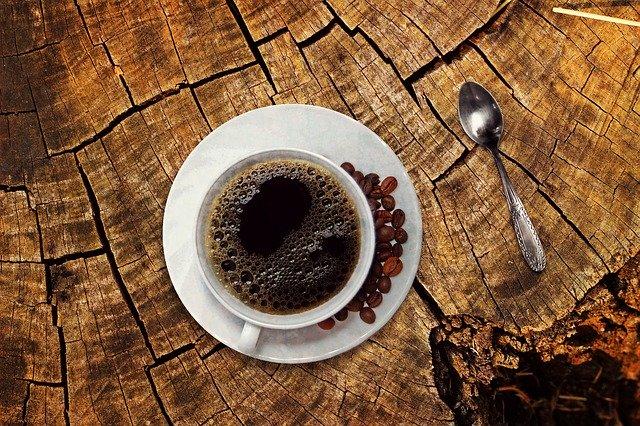 Káva skvěle chutná, i barví.